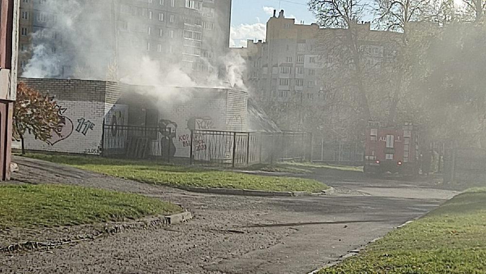 В Брянске днем загорелась теплица школы № 9 возле автовокзала