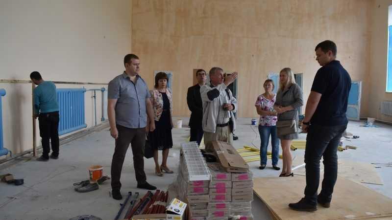 Брянские партийцы высоко оценили качество ремонта в спортзалах сельских школ