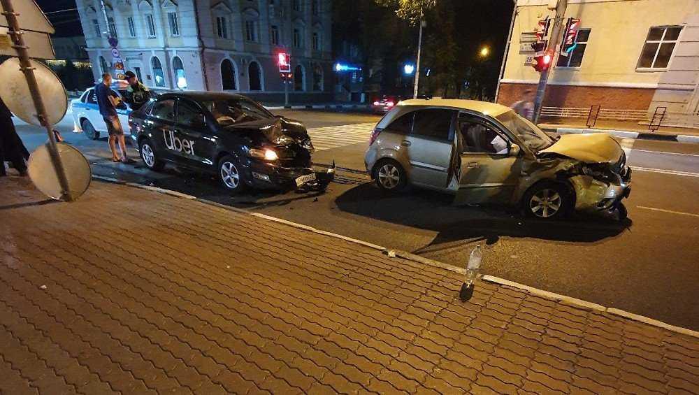 В центре Брянска ночью такси Uber столкнулось с другой легковушкой