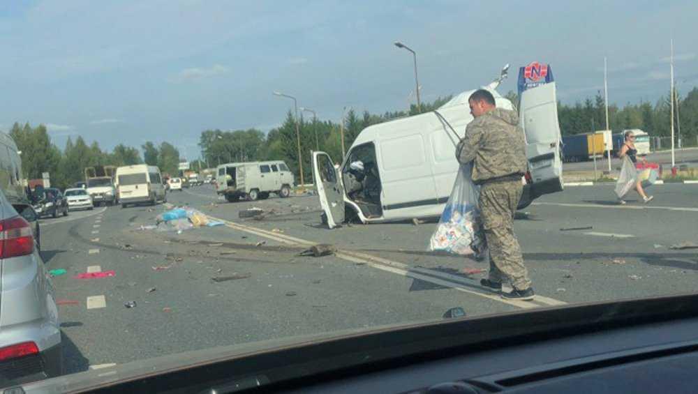 Под Брянском в ДТП с тягачом сплюснуло микроавтобус и разорвало УАЗ