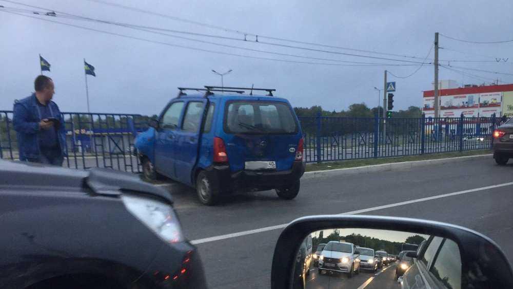 В Брянске малолитражка проломила ограждение на Московском проспекте