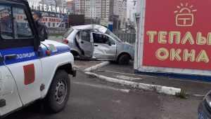 В Брянске автомобиль залетел в магазин автозапчастей