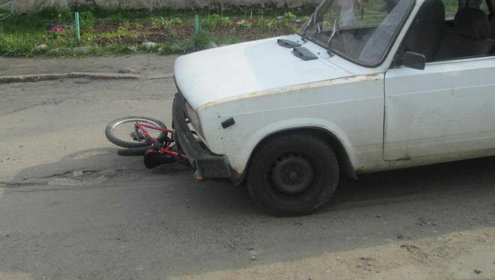 Под Брянском катавшегося на велосипеде подростка сбил автомобиль