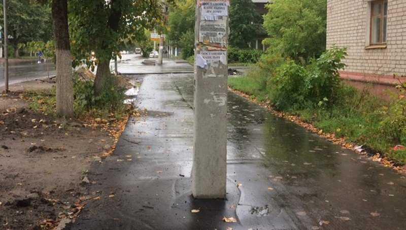 В Брянске озорные дорожники проложили тротуар через столб