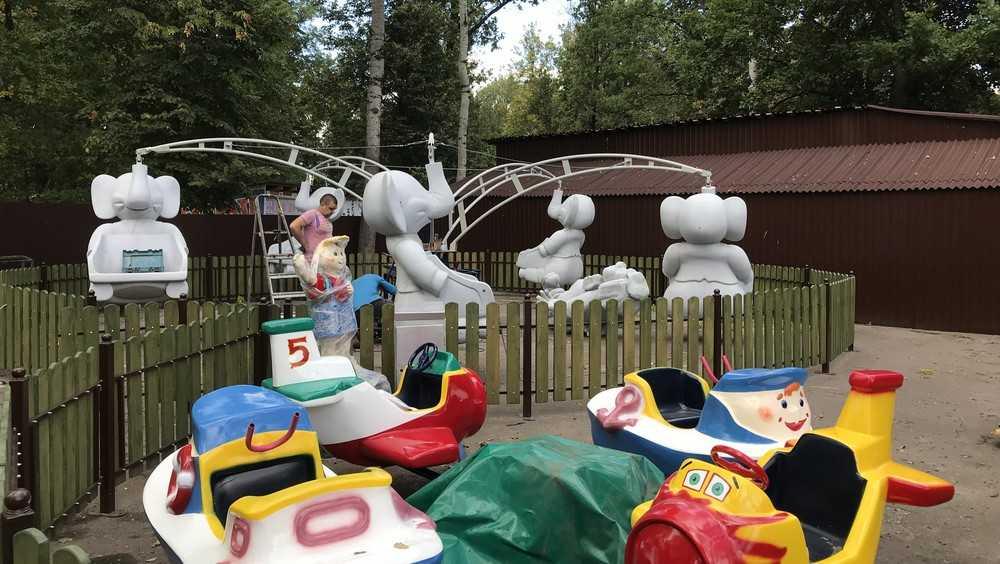 В брянском парке «Соловьи» устанавливают карусели для самых маленьких