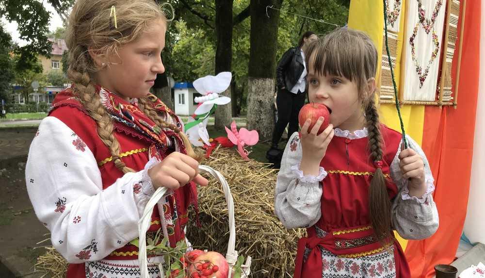 Брянск напоили медом и фруктовыми ароматами Яблочного спаса