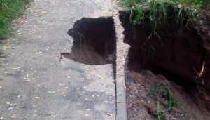 В Брянске возле ДК Гагарина провалилась после ливня пешеходная дорожка
