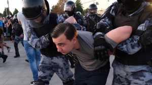 Пособник Навального сбежал из-под ареста и отправился за методичками либералов