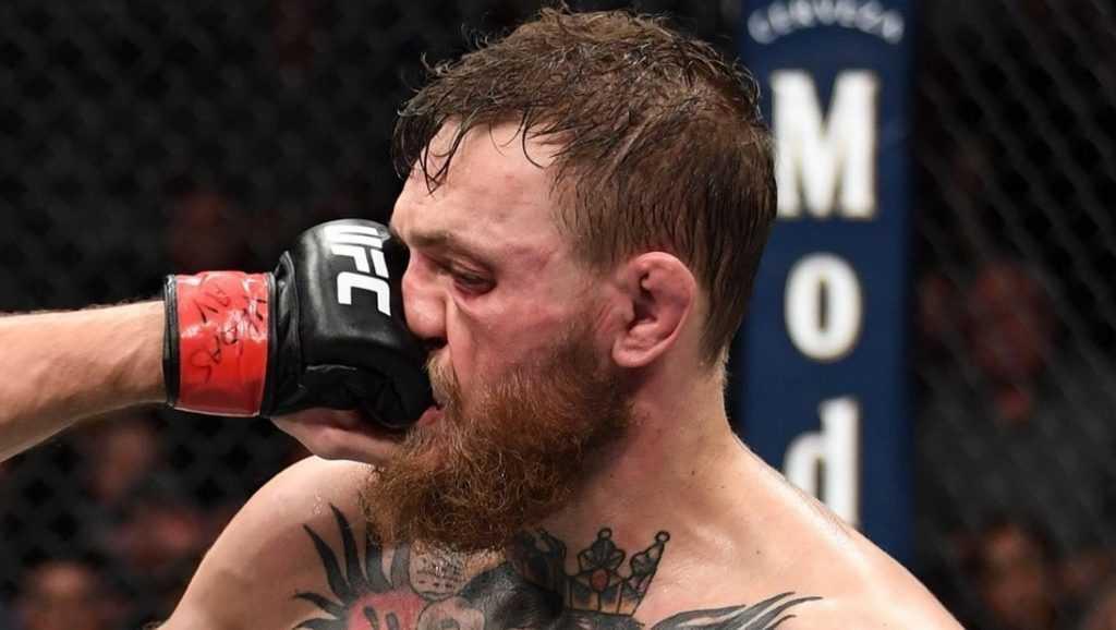 «Ты меня уважаешь?» Спивающийся боец Конор Макгрегор напал на старика из-за отказа выпить