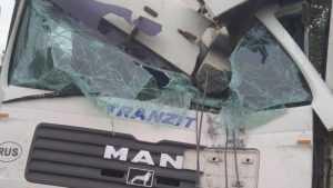 Под Брянском задремавший водитель фуры врезался в столб и микроавтобус