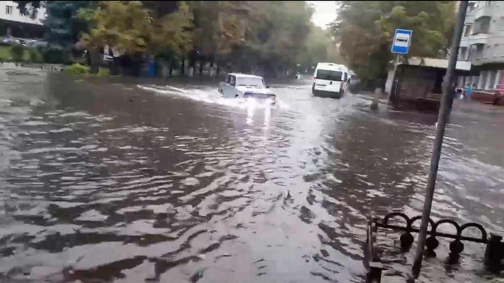 В Брянске улицы Бежицкого района затопило после дождя