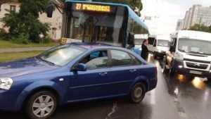 В Брянске не поделили дорогу легковушка и автобус № 27