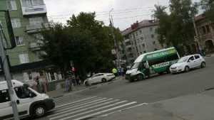 В Брянске возле «БУМ-сити» столкнулись легковушка и маршрутка