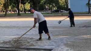 Жителей Брянска изумили трезвые рабочие в Майском парке