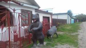В Брянске жилой дом взяли под охрану лиса, медведь и кабан