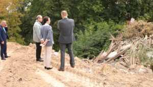 Склон оврага в Брянске «укрепили» выброшенными венками и покрышками