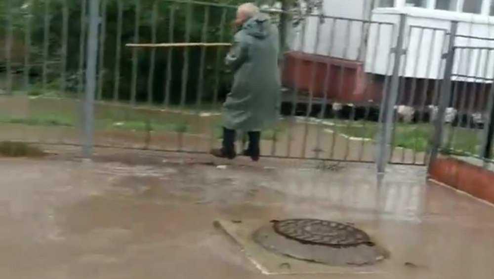 После ливня поток воды затопил в Брянске переулок Пилотов
