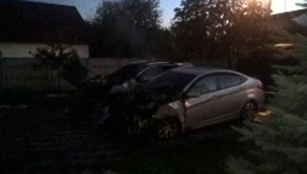 В Бежице ночью сгорели два автомобиля на стоянке