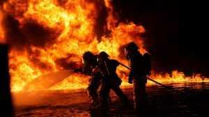 В Брянском районе 4 горевших сарая потушили за два часа