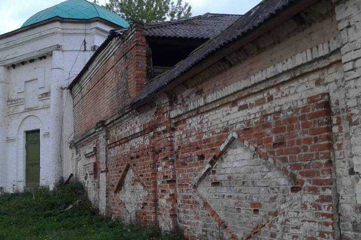 Древняя стена Белобережского монастыря стала сильно разрушаться