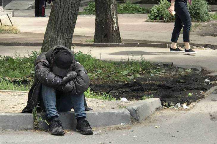 Брянск, 31 градус жары. Боец отдыхает