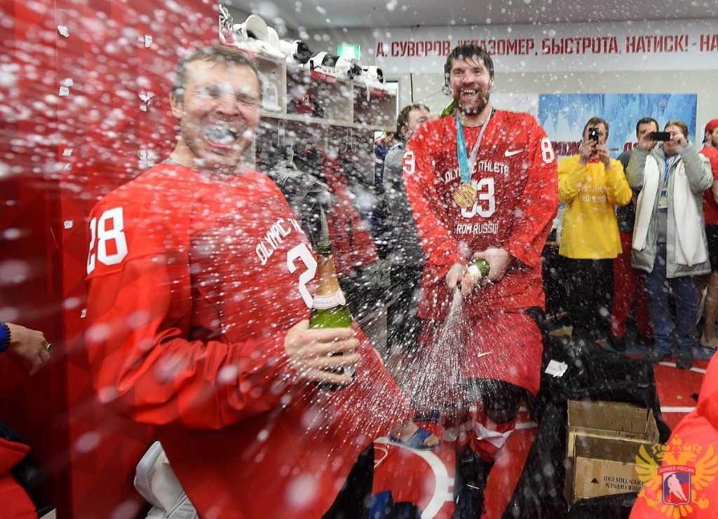 Сборная России по хоккею празднует победу на Олимпиаде
