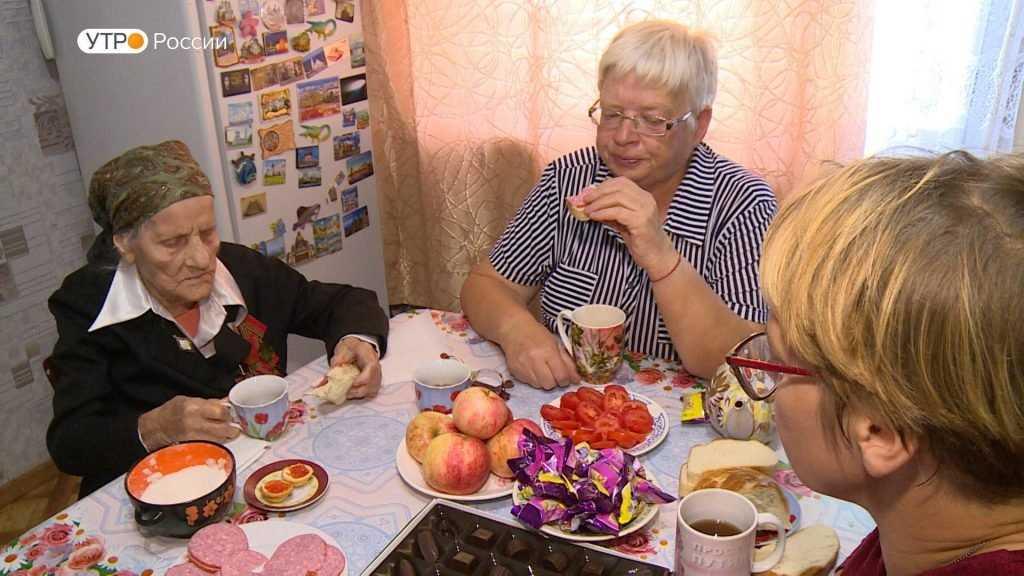 Брянского учителя с днем рождения поздравили несколько поколений учеников